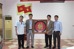 Gặp mặt trao quyết định nghỉ chế độ hưu cho đồng chí Trần Văn Dư - Giảng viên chính, nguyên Bí thư Đảng ủy, Phó hiệu trưởng