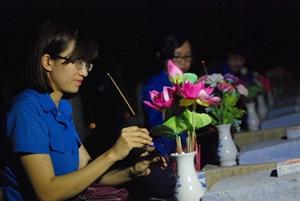 Đoàn thanh niên nhà trường thắp nến tri ân các Anh hùng liệt sỹ tại nghĩa trang thị trấn Xuân Mai - Chương Mỹ - Hà Nội