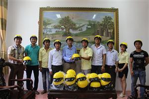 Công ty taxi Phượng Hoàng trao tặng mũ bảo hiểm cho cán bộ công nhân viên Trường Cao đẳng Nông nghiệp & PTNT Bắc Bộ