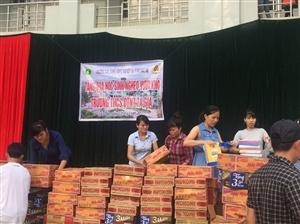 Tặng quà học sinh nghèo vượt khó Trường THCS Dân tộc nội trú Ta Gia