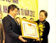 Hiệu trưởng nhà trường vinh dự đón nhận danh hiệu Nhà giáo nhân dân